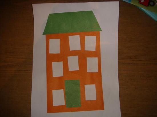 Коричневый дом с белыми окнами и зелёной крышей
