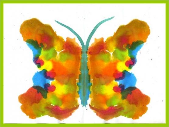 Красно-коричневая бабочка с синим туловищем и усиками, наримованная техникой монотипии