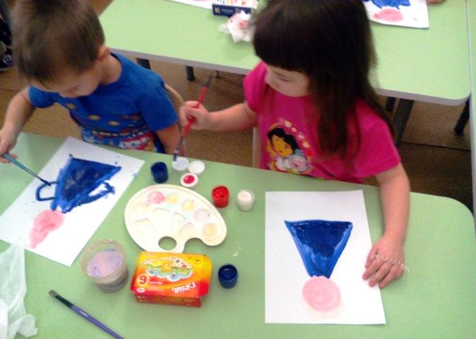 Мальчик и девочка рисуют костюмы Снегурочки