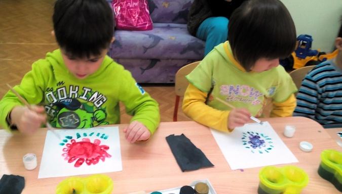 Дети старшей группы рисуют цветы в городецкой технике