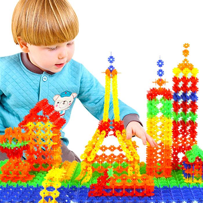 Ребёнок изучает игрушку