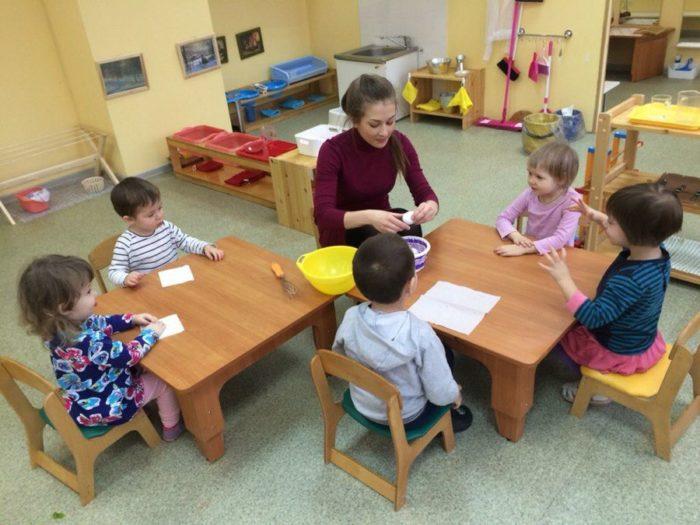 Педагог занимается с детьми в учебном классе