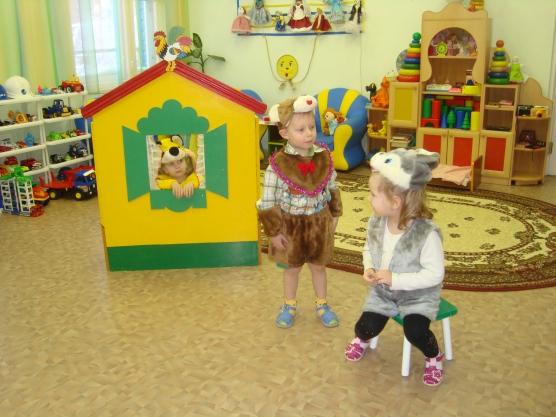Ребёнок в жёлтом домике, двое в костюмах рядом