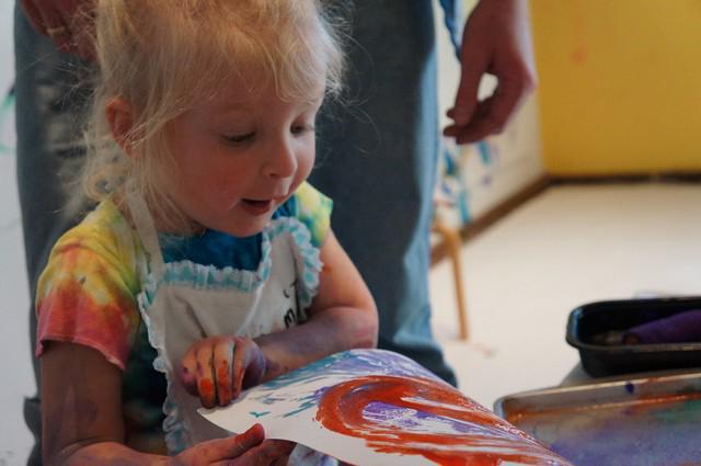 Девочка с рисунком, созданным по приему монотипии