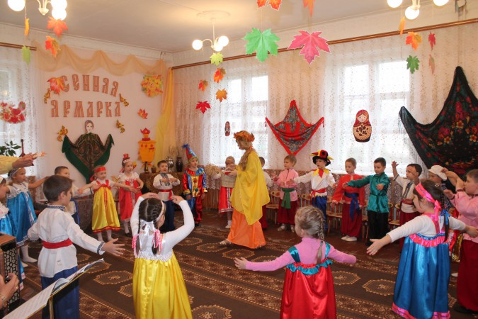 Воспитательница танцует с детьми хоровод