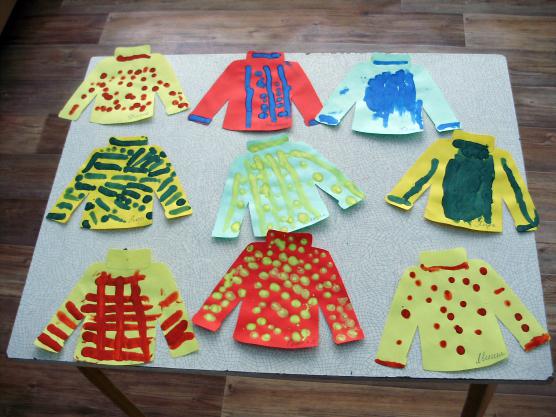 Выставка: бумажные свитера с красочными пятнышками и линиями