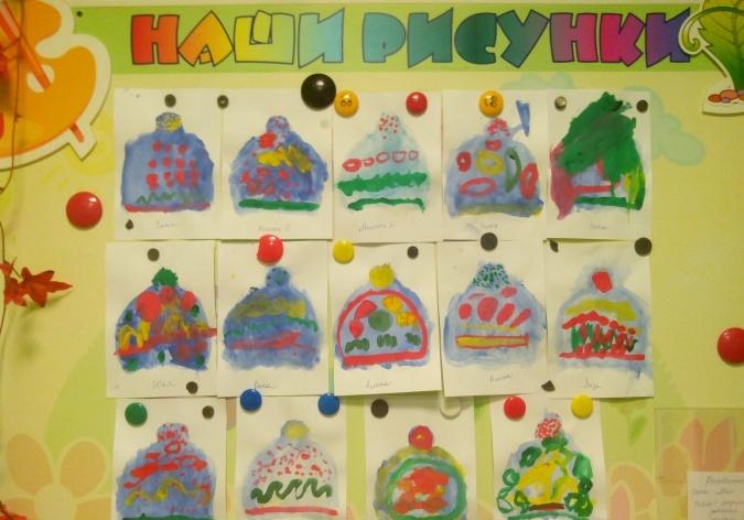 Выставка рисунков шапочек (14 штук)