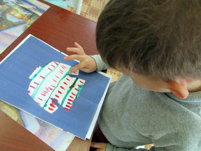 Ребёнок украшает свитер в нетрадиционной технике рисования