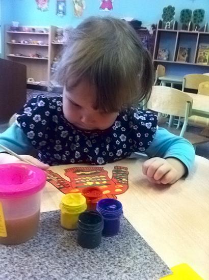 Малыш разукрашивает свой нарисованный свитер
