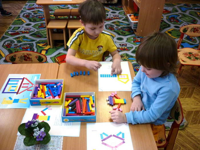 дети играют с палочками Кюизенера