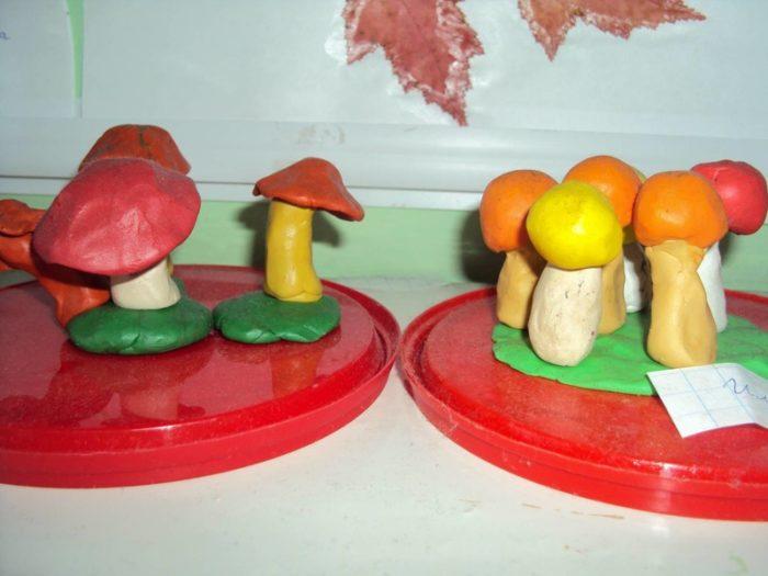 Яркие пёстрые грибы из пластилина на красной крышке