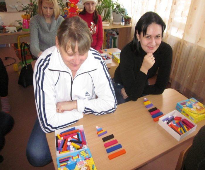 родители изучают палочки Кюизенера