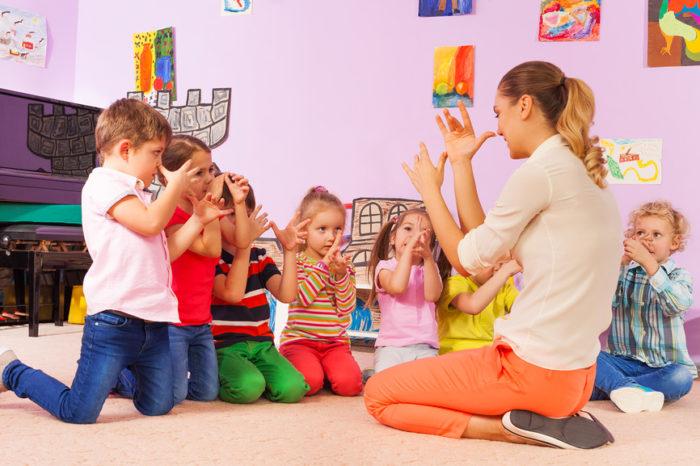 Воспитатель учит детей «дразнилке»