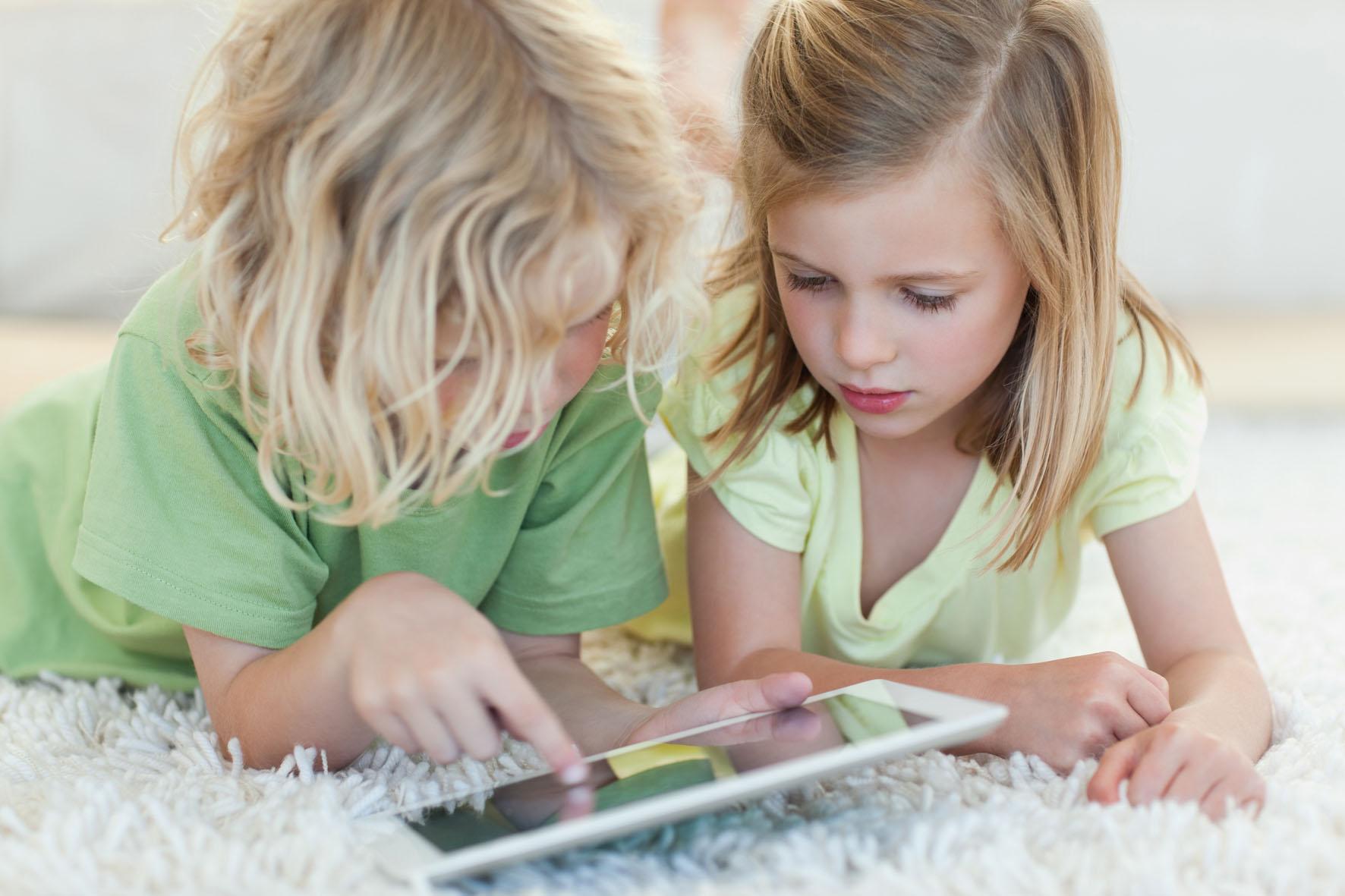 Девочки с планшетом