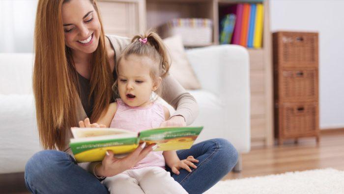 Мама с маленькой дочкой читает книгу