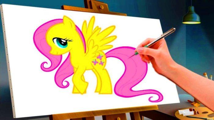 На мольберте дорисовывают пони с розовой гривой и хвостом