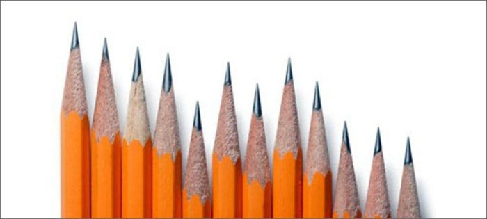 Ряд из двенадцать грифелей простых карандашей