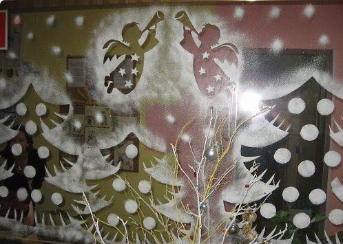 Ёлки и ангелочки, нарисованные на зеркале