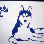 Лежащая собака и отпечаток её лапы