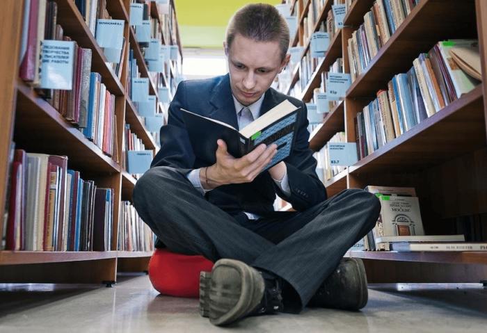 человек с книжками в библиотеке