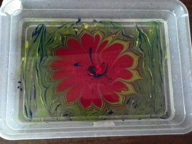 Цветок, нарисованный на воде
