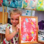 Девочка держит картину «Цветы на Марсе»
