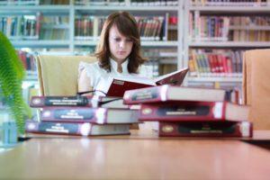девушка за книгами