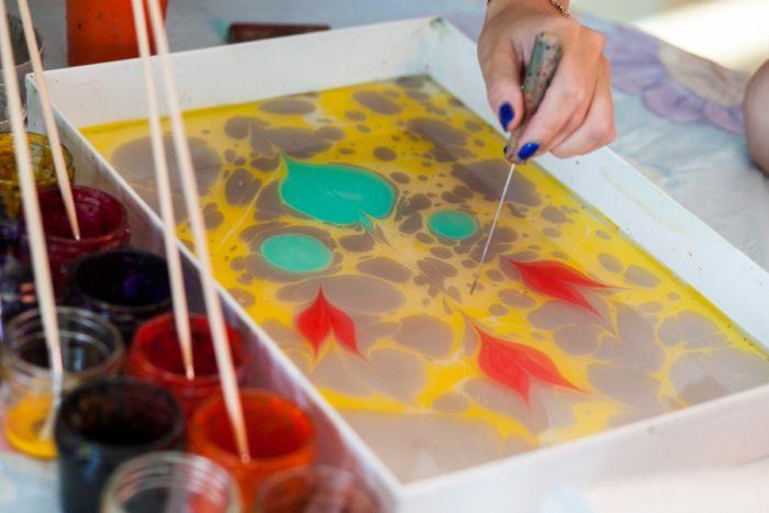 На воду нанесён рисунок с помощью жидких красок и шила
