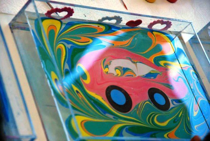 Розовая машинка, нарисованная на воде
