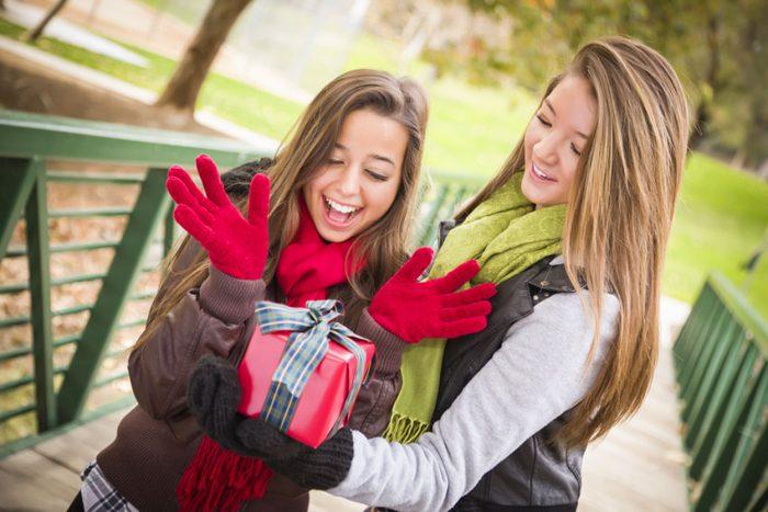 Девушка дарит подарок подруге