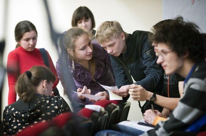 Старшеклассники размышляют над сценарием выпускного