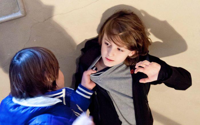 Хулиган обижает мальчика