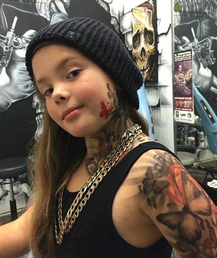 Девочка с временной татуировкой