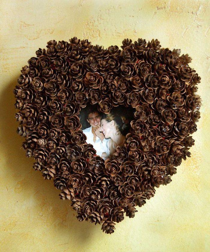 Фоторамка в виде сердца из сосновых шишек