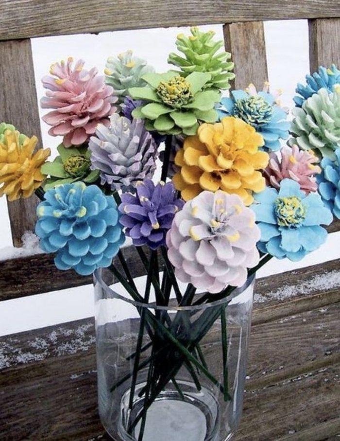 Букет из разноцветных сосновых шишек