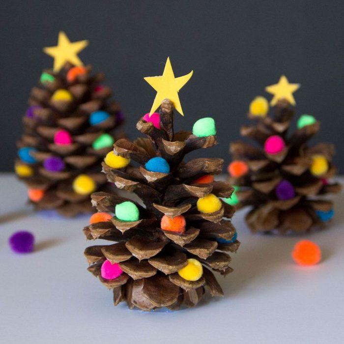 Поделки в виде новогодних ёлочек из шишек