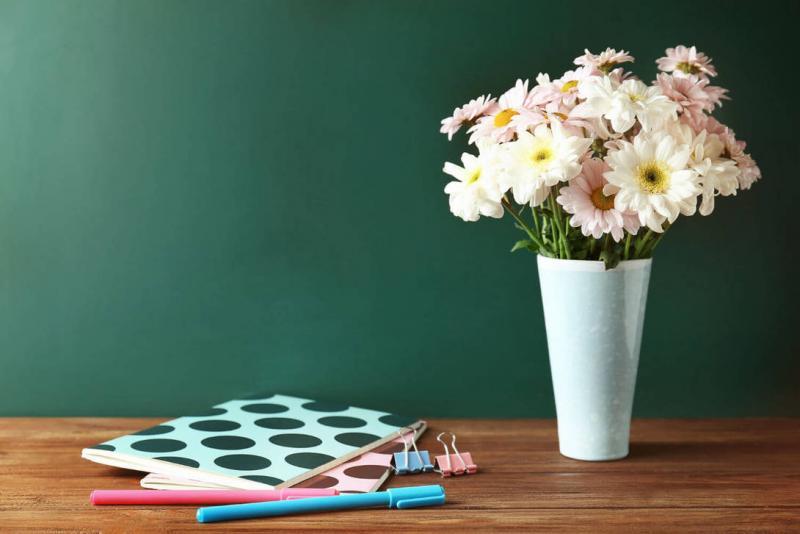 учитель с цветами