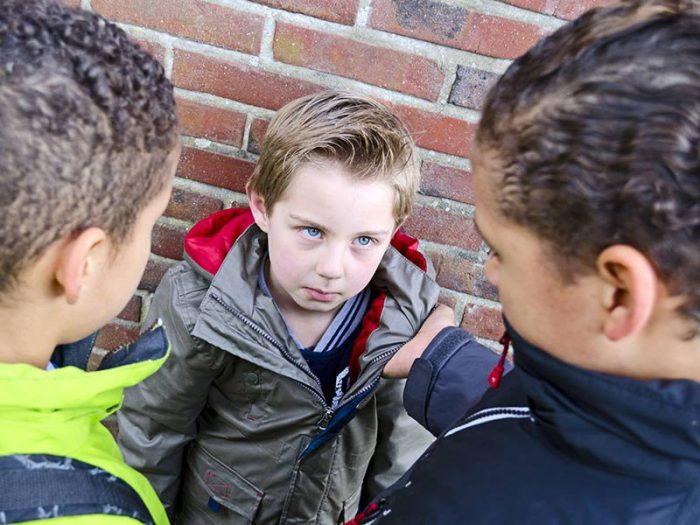 Ребёнка обижают старшеклассники