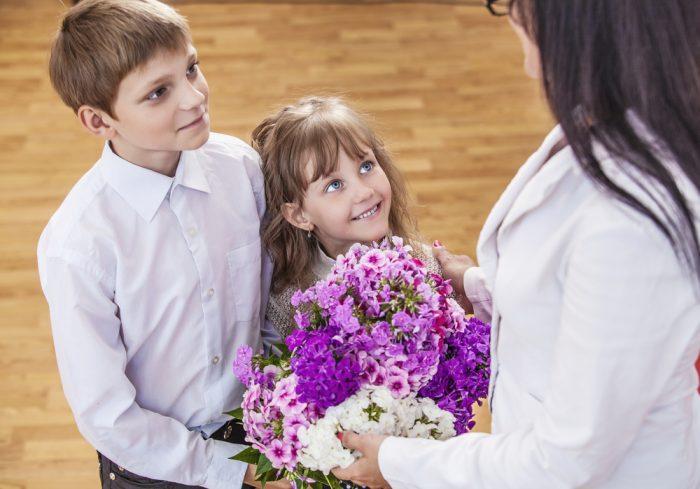 ученики поздравляют учителя