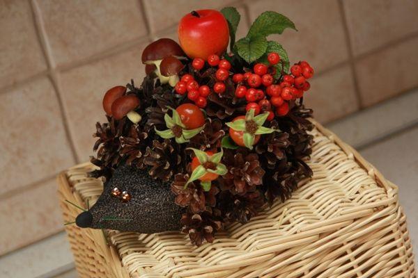 Ёжик с ягодами и грибами