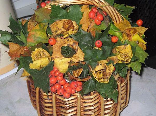 Корзина с цветами из листьев