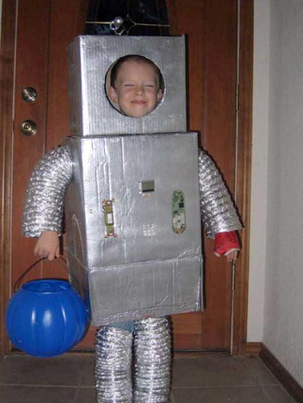 Мальчик в костюме робота