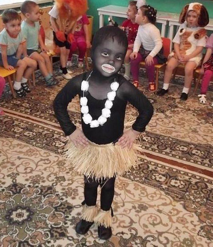 Ребёнок в костюме папуаса
