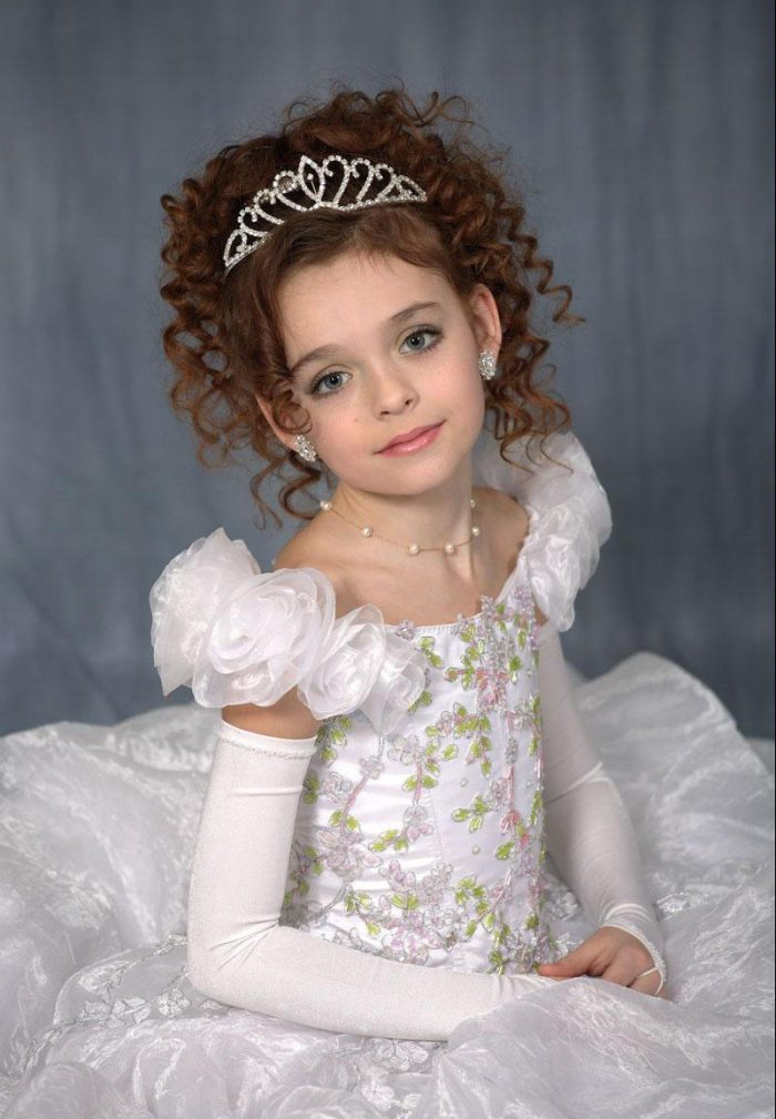 Девочка с короной на голове