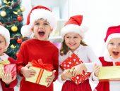 Ребёнок держит подарок на Новый год