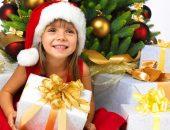 Ребёнок в 4 года открывает новогодний подарок