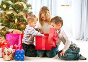 Ребёнок 5 лет получает подарок на Новый год