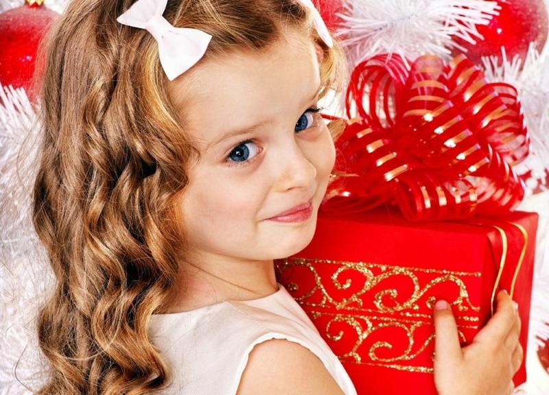 Ребенок 6 лет с подарком на Новый год