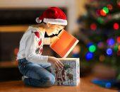 7-летний ребёнок с новогодним подарком