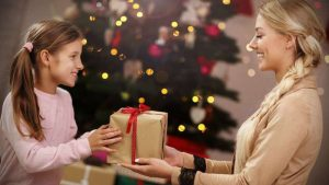 Ребёнок 9 лет с новогодним подарком